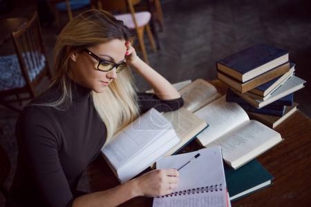Photo pour Jeune étudiante de l'Université. Préparation des examens et des leçons d'apprentissage dans la bibliothèque publique . - image libre de droit