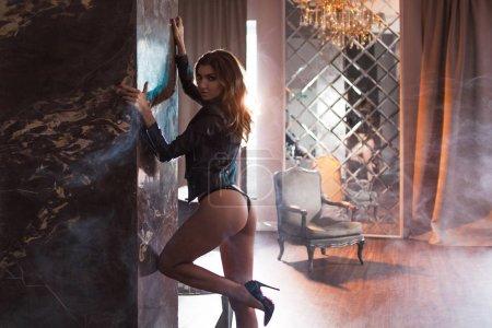 Photo pour Sexy jeune brune dans une veste en cuir, une belle et mince figure . - image libre de droit