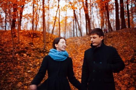 Photo pour Gai gars et fille dans l automne parc - image libre de droit