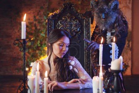Photo pour Monstre effrayant tend la main à la belle fille, conte de fées, concept . - image libre de droit