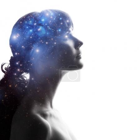 Photo pour Profil d'une femme avec le cosmos comme cerveau. Le concept scientifique. Le cerveau et la créativité. Éléments de cette image fournis par la NASA . - image libre de droit