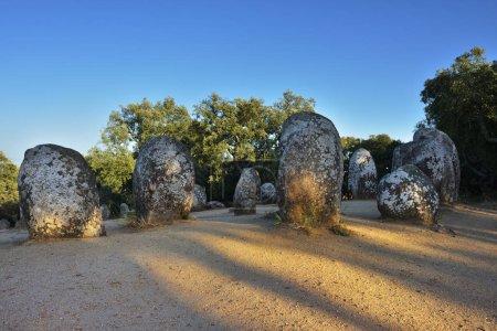 Photo pour Culture mégalithique. Alignement des pierres néolithiques à Cromeleque dos Almendres, Alentejo, Evora, Portugal - image libre de droit