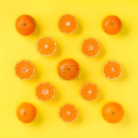 Modèle de fruits de tranches de mandarine fraîche sur fond jaune. Fla