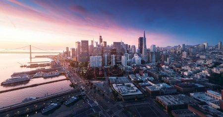 Foto de Panorama de San Francisco al amanecer con la Costanera y centro de la ciudad. Fondo del tema California. Fotografía arte - Imagen libre de derechos