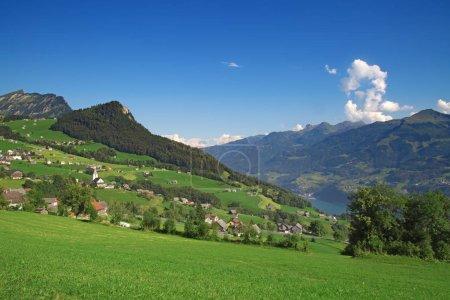Photo pour Petit village dans les Alpes suisses - image libre de droit