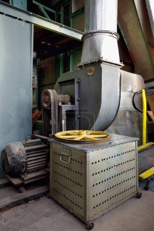 Photo pour Fragment de l'intérieur d'un atelier de tissage dans un facteur textile abandonné - image libre de droit
