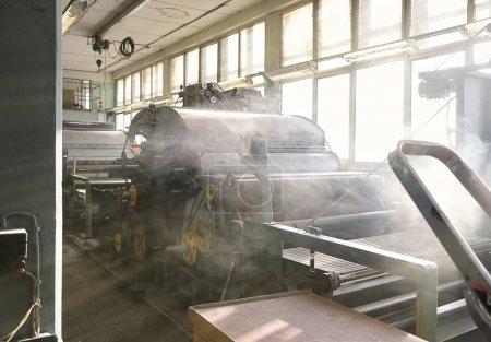 Stare tkactwo krosna w opuszczonej fabryce tekstyliów rano