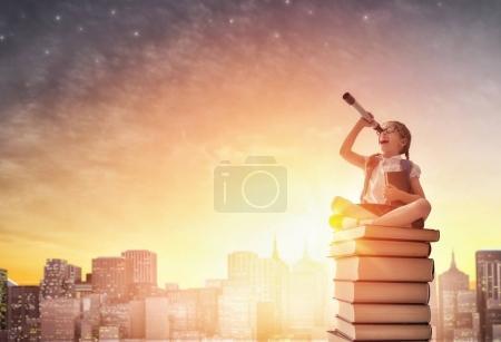 enfant debout sur les livres