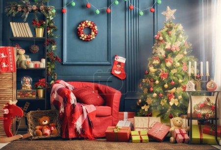 Photo pour Joyeux Noël et Joyeuses Fêtes ! Un beau salon décoré pour Noël . - image libre de droit