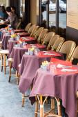Otevřené kavárně terasa, kulaté stoly a proutěnými židlemi, Paříž, Francie
