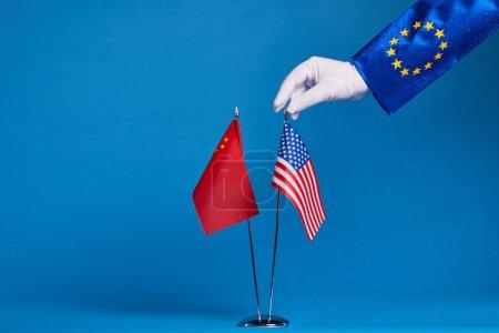 Photo pour Deux drapeaux sur un fond bleu, le concept politique - image libre de droit