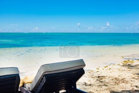 Photo pour Vides transats sur la plage. Ile Maurice - image libre de droit
