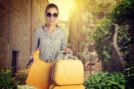 frau mit koffern auf strasse