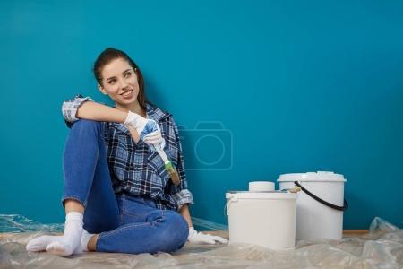 Foto de Feliz hermosa joven mujer haciendo pintura de pared - Imagen libre de derechos