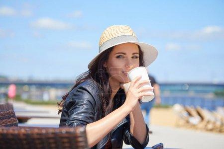 Photo pour Portrait de femme souriante heureuse debout sur la place été ensoleillé ou jour de printemps à l'extérieur, jolie femme souriante regardant vous - image libre de droit