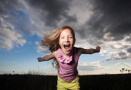 Foto de Chica feliz en verano. Niño loco. - Imagen libre de derechos