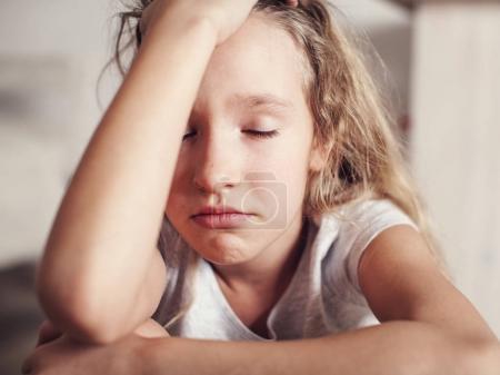Foto de Niño triste en casa. Abuso. Chica de la depresión en el interior - Imagen libre de derechos