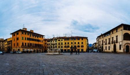 Photo pour Piazza del Duomo en Toscane, Italie centrale, à partir de 1954 le siège de l'évêque de Prato, anciennement cathédrale dans le diocèse de Pistoia . - image libre de droit