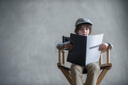 Photo pour Petit garçon avec un scénario - image libre de droit