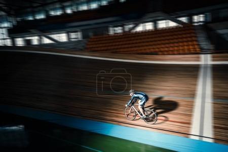 Photo pour Jeune cycliste sur un vélodrome - image libre de droit