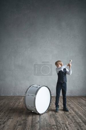 Photo pour Petit garçon avec un tambour en studio - image libre de droit