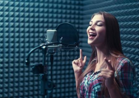 Photo pour Chanteuse en studio d'enregistrement - image libre de droit