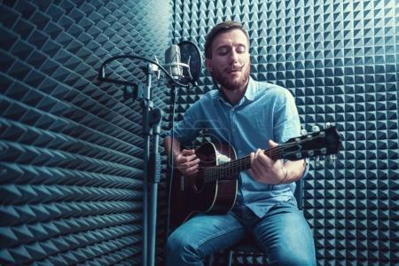 Photo pour Jeune homme dans un studio d'enregistrement - image libre de droit