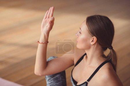 Photo pour Jeune fille pratiquant le yoga dans un cours de yoga - image libre de droit