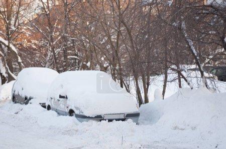 Photo pour Voiture couverte de neige après une forte chute de neige - image libre de droit