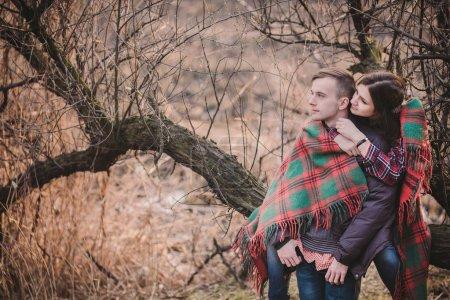 Photo pour Jeune couple amoureux marchant dans la nature - image libre de droit