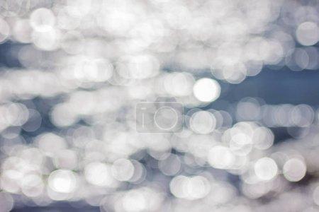 Photo pour Beau fond d'eau abstrait bleu et blanc flou avec bokeh. Eau de surface de mer déconcentrée au soleil avec éruption solaire. Papier peint carré ou bannière Web avec espace de copie pour la conception . - image libre de droit