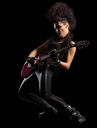 Photo pour Hard rock chanteuse jeune femme isolée - image libre de droit