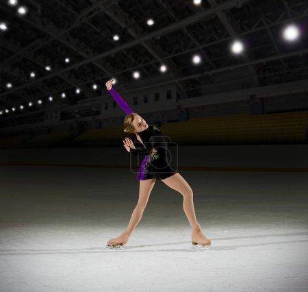Photo pour Patineur artistique jeune femme à la salle de sport - image libre de droit