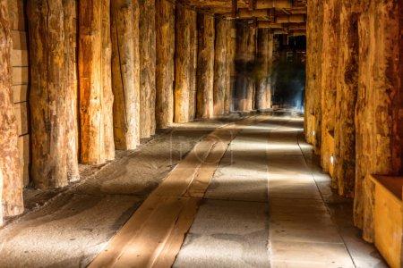 Photo pour Couloir souterrain en bois dans une ancienne mine de sel - image libre de droit