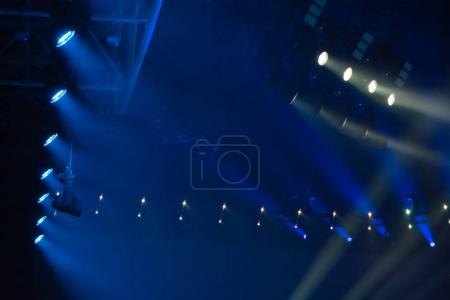 Photo pour Disco bleue s'allume sur la scène club - image libre de droit