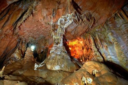 Photo pour Grotte intérieur sombre avec lumière, stalactites et stalagmites - image libre de droit