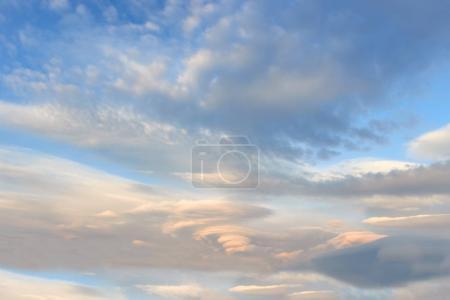 Photo pour Paysage avec nuages lenticulaires au coucher du soleil ciel bleu - image libre de droit