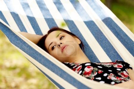 Photo pour Femme relaxante dans l'hamac, chaude journée ensoleillée - image libre de droit