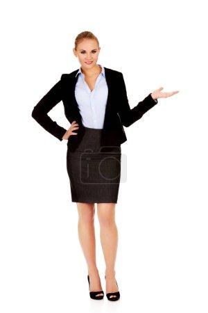 Photo pour Femme d'affaires présentant quelque chose sur la paume ouverte . - image libre de droit