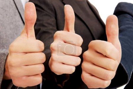 Photo pour Trois hommes d'affaires se pointent du doigt . - image libre de droit
