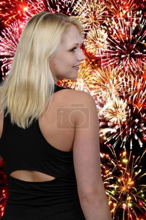 Photo pour Belle jeune femme séduisante modelant sa robe de soirée - image libre de droit