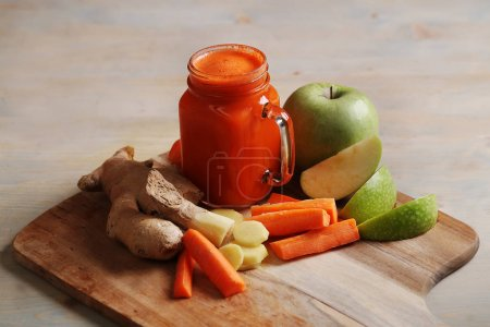 Photo pour Jus de carotte sain sur table - image libre de droit