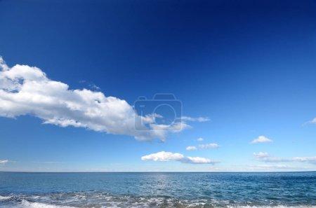 Photo pour Scène tranquille de bel horizon de paysage marin sous ciel bleu - image libre de droit