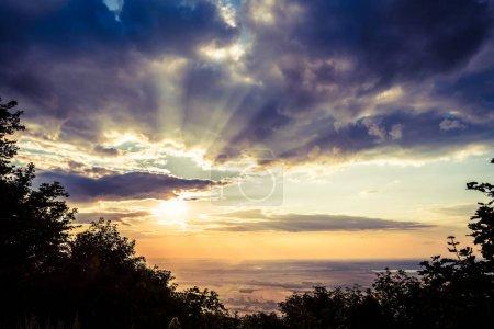 Photo pour Paysage de coucher de soleil inspirant, point de vue montagne. Vue et vallée plaine et village du sommet de la colline. Soleil et nuages spectaculaires sur la forêt, Pologne . - image libre de droit