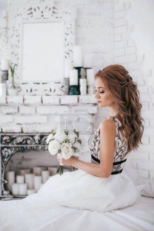 Photo pour Belle jeune mariée en robe de mariée blanche posant - image libre de droit