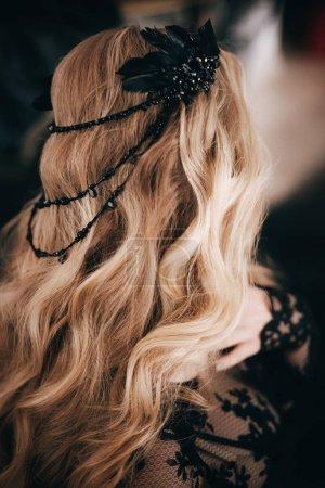 Photo pour Portrait de belle jeune femme blonde avec accessoire capillaire - image libre de droit