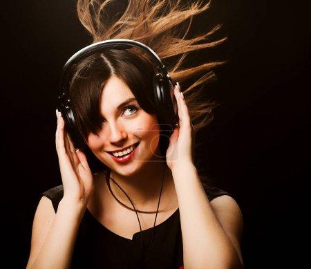 Photo pour Femme et musique sur fond noir - image libre de droit