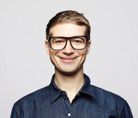 Photo pour Style de vie et concept de personnes : Portrait d'un jeune homme intelligent portant des lunettes debout sur fond blanc - image libre de droit