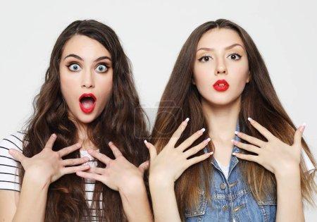 Photo pour Style de vie, émotion et concept de personnes : Deux jeunes amies s'amusent. Les deux font des visages surpris . - image libre de droit