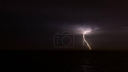 Foto de Relámpago en el cielo sobre el océano. - Imagen libre de derechos